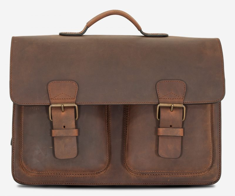 Front view of the Ruitertassen brown leather satchel briefcase with 2 symmetric front pockets.