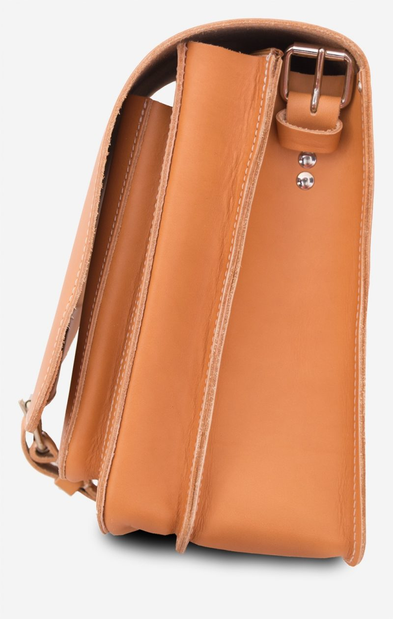 Side view of the Ruitertassen tan leather messenger bag with 2 compartments.
