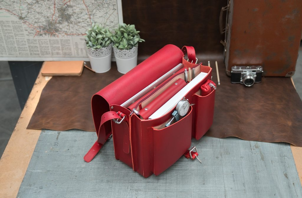 Open large red leather messenger bag with 2 gussets and asymmetric front pockets for women - 152537.