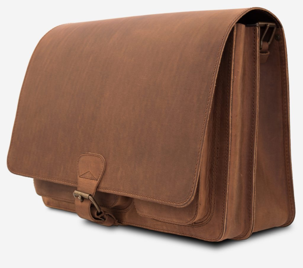 Side view of the Ruitertassen brown leather messenger bag.