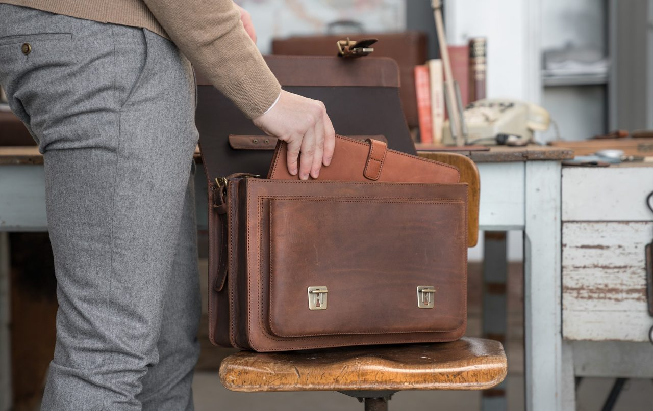 Man sorting out his Ruitertassen vintage leather satchel briefcase 732240.