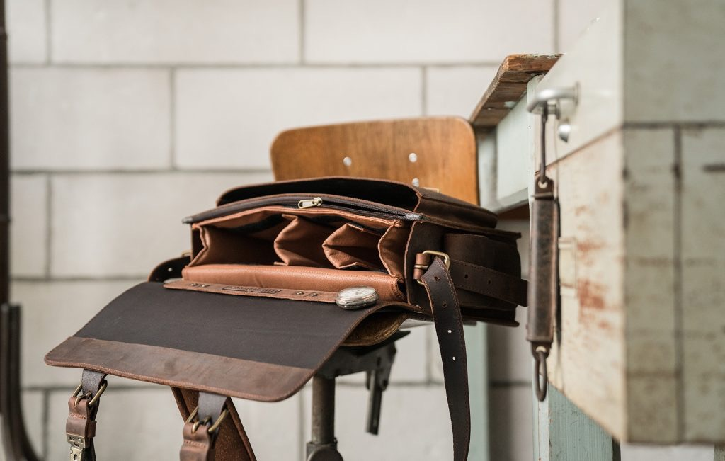 Open brown leather camera bag by Ruitertassen.
