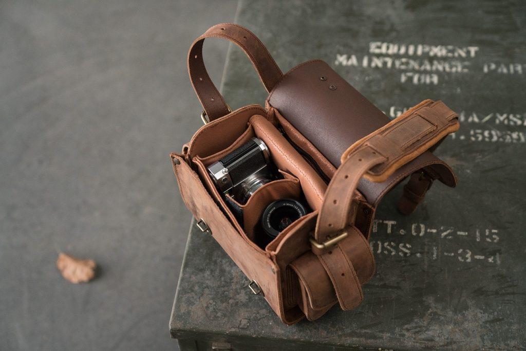 Handmade brown leather camera bag 733104.