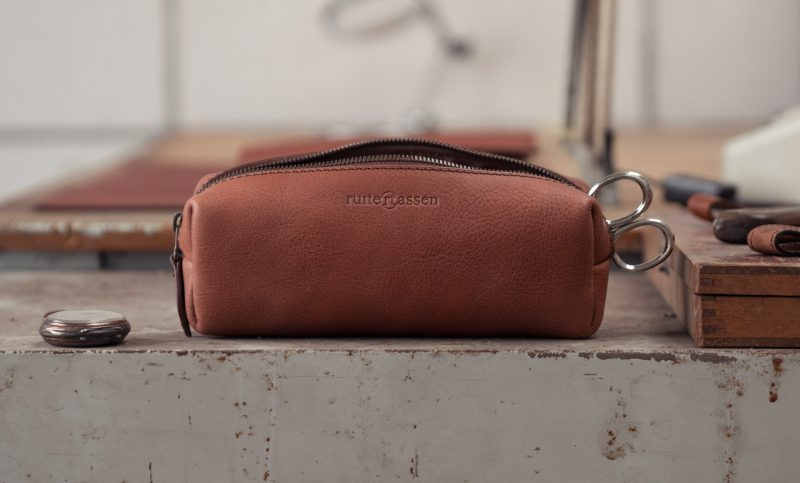 Masculine leather pencil case.