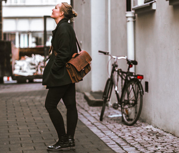Women in the street wearing a Ruitertassen satchel on the shoulder.