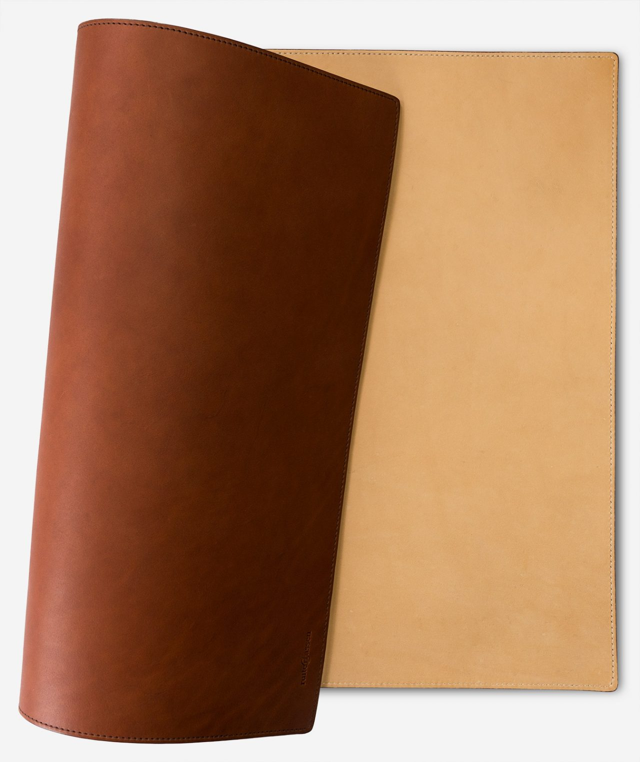 Reversible writing desk mat in leather.
