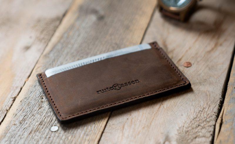 Artisanal brown leather cardholder.